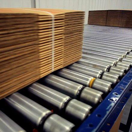 به عنوان افزایشدهنده چسبندگی در خمیر کاغذ، کارتن سازی، لولههای مقوائی، ساخت بشکههای پشم شیشهای، چسباندن جعبههای مقوایی و نیز چسب در خطوط بسته بندی استفاده میشود.